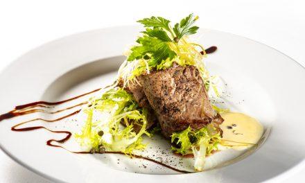 Spirelli de filet de bœuf, tapenade de truffes et basilic, salade d'herbes fraîches et crème au poivre vert frais