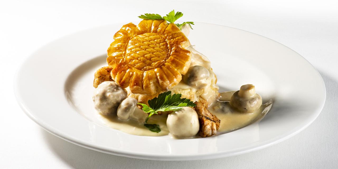 Vol au vent van poulet Reine, kalfszwezerik en rundsquenelles met champignons