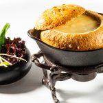 Kaasfondue in brood met Batte de la Reine wijn