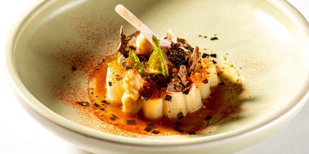 Truite fumée à chaud, asperges, gel de betterave (dashi), caviar Avruga de hareng,  galette de riz collant