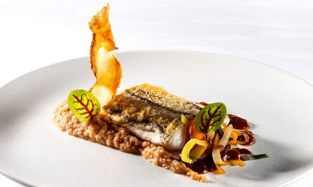 Aiglefin sur purée d'oignons des Cévennes, jus de volaille au soja