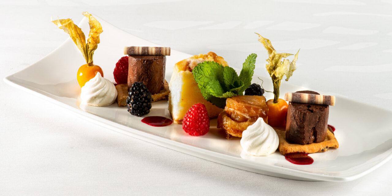 Trio van desserten, mousse van bittere chocolade, rabarbercake, mini appeltatin