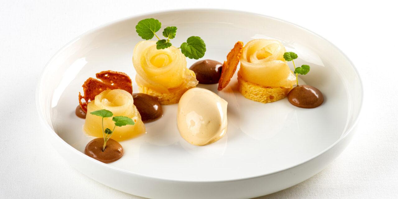 Gepocheerde peren in siroop, citroencake, koffieijs, crèmeux van hazelnootchocolade
