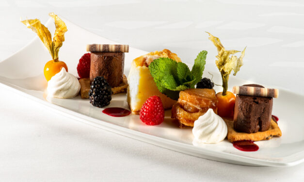 Trio de desserts, mousse au chocolat amer, cake à la rhubarbe, mini tatin à la pomme