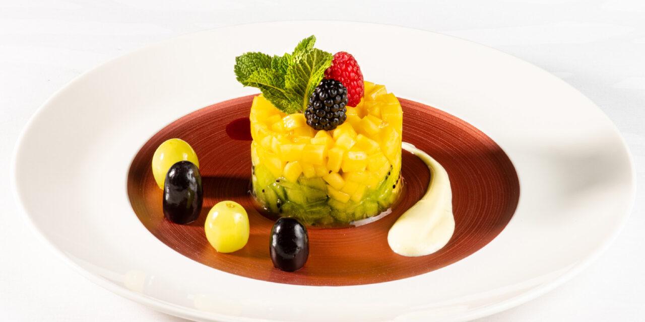 Tartaar van kiwi en mango, rode vruchtencoulis, crème anglaise met kokossmaak