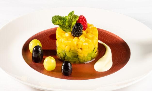 Tartare de kiwi et mangue, coulis de fruits rouges, crème anglaise au goût coco