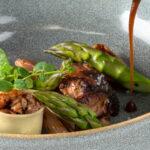 Gebraden jonge duif, groene asperges uit de Provence, met bouten gevulde cannelloni