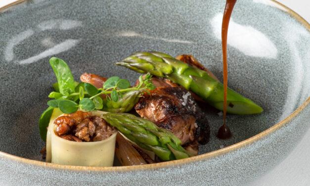 Pigeonneau rôti sur coffre, asperges vertes de Provence, cannellonis farcis des cuisses