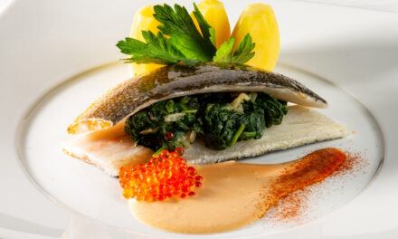 Filet van zeebaars, bedje van spinazie, homardine saus, à l'anglaise gekookte aardappeltjes