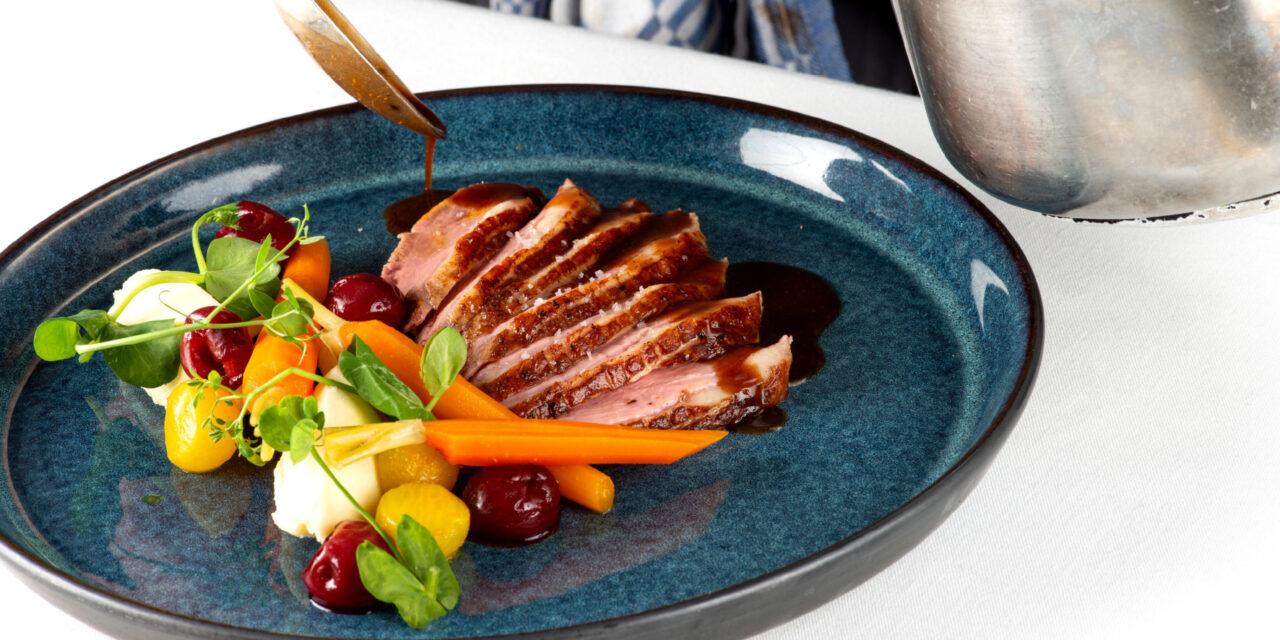 Eendenborst, geglaceerde raap met kurkuma en honing, wortelen, kruidige jus