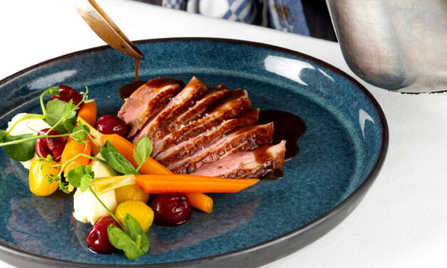 Magret de canard, navet glacé au curcuma et miel, carottes, jus épicé