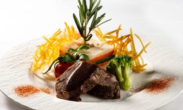 Médaillon d'agneau, sauce miel et romarin, lasagne de légumes d'hiver, pommes paillasson, brocoli, tomates-cerises