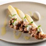 Mechelse asperges, kalfstartaar, ansjovisijs
